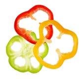 Куски красного, желтого и зеленого перца изолированные на белом backgr Стоковое Изображение RF