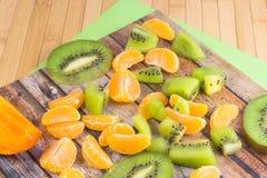 Куски кусков tangerine и кивиа Стоковые Изображения
