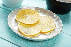 Куски лимона на поддоннике Стоковые Изображения