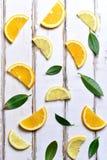 Куски лимона на таблице стоковые изображения