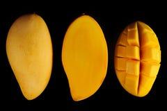 Куски манго на черной предпосылке Стоковое Изображение RF
