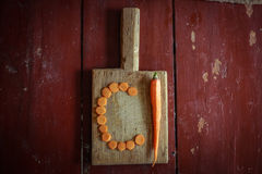 Куски моркови на разделочной доске Стоковые Изображения RF