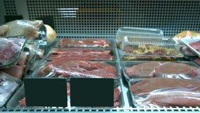 Куски мяса в коробках на рынке фермеров стоковая фотография rf