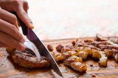 Куски мяса на разделочной доске Стоковые Фотографии RF
