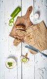 Куски домодельного хлеба и витают сливк на ретро деревянном столе стоковые изображения rf