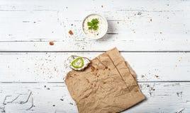 Куски домодельного хлеба и витают сливк на ретро деревянном столе стоковые фотографии rf