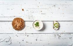 Куски домодельного хлеба и витают сливк на ретро деревянном столе стоковая фотография rf