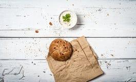 Куски домодельного хлеба и витают сливк на ретро деревянном столе стоковое изображение rf