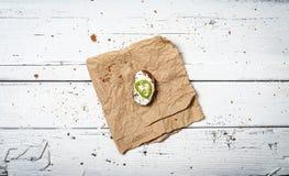 Куски домодельного хлеба и витают сливк на ретро деревянном столе стоковое изображение