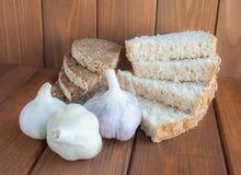 Куски домодельного хлеба и всех голов чеснока Стоковые Фотографии RF