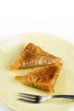 Куски пирога бахлавы с грецкими орехами служили на плите Стоковая Фотография
