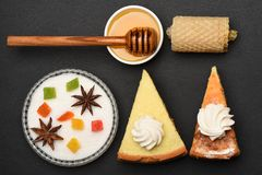 Куски пирога с зефирами и медом стоковое фото