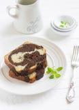 Куски пирога с шоколадом на яркой плите Стоковые Изображения RF