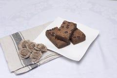 Куски пирожного шоколада на белой плите Стоковое фото RF
