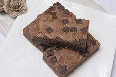 Куски пирожного шоколада на белой плите Стоковое Фото