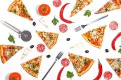 Куски пиццы, ингредиентов и столового прибора на белой предпосылке Взгляд сверху стоковые изображения