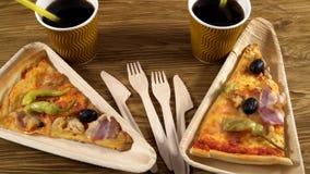 Куски пиццы на деревянных плитах Концепция партии видеоматериал