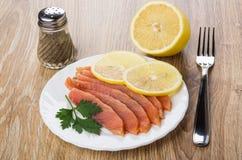 Куски посоленных семг, лимона, петрушки в плите, перце Стоковое фото RF