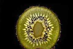 Куски плодоовощ кивиа на предпосылке кивиа Стоковое Фото