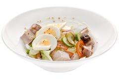 Куски салата изолированных яичек и овощей свинины Стоковое Фото