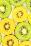 Куски свежей зеленой и желтой текстуры предпосылки еды киви Стоковое фото RF