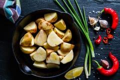 Куски сырцовой картошки с травами, специями Стоковое Изображение