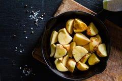 Куски сырцовой картошки с травами, специями Стоковая Фотография