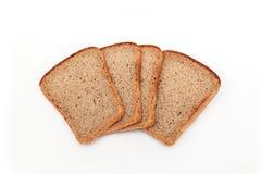 Куски темного хлеба рож на белой предпосылке стоковые изображения