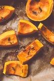 Куски тыквы Хоккаидо испекли с травами и солью Стоковые Фото