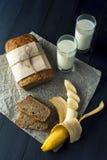 Куски хлеба банана с стеклами молока Стоковые Фотографии RF