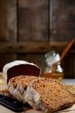 Куски хлеба и меда рож на деревянной предпосылке Стоковая Фотография RF