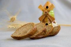 Куски хлеба на серой ткани в середине Стоковые Фото
