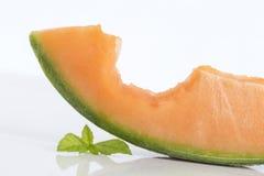 Куски дыни канталупы с укусом в ем Стоковые Изображения