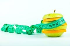 Куски яблока и апельсина с метром стоковое изображение rf