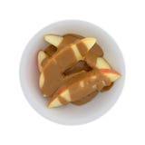 Куски Яблока покрытые с арахисовым маслом на белой предпосылке Стоковые Фотографии RF