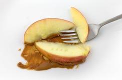 Куски Яблока с арахисовым маслом и вилкой Стоковое фото RF