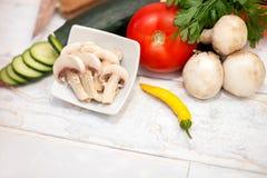 Куски champignons в малом шарике на кухонном столе Стоковые Изображения