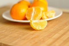 Куски tangerines на плите Стоковые Фотографии RF