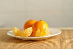Куски tangerines на плите Стоковое Фото