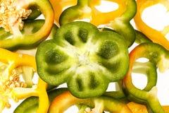 Куски vegatebles желтого и зеленого перца на белой предпосылке Стоковые Изображения RF