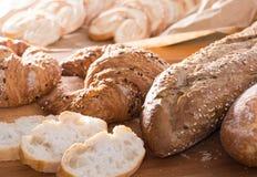 Куски wheaten хлеба на деревянной поверхности Стоковые Изображения RF