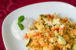 Кускус с овощами с соусом югурта Стоковое Изображение RF