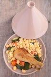 Кускус с цыпленком и овощами стоковые изображения