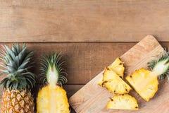 Кусок ананаса на доске отрезка древесины Стоковое Изображение RF
