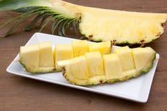 Кусок ананаса отрезанный на древесине Стоковая Фотография RF