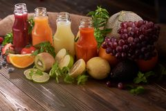 Кусок апельсина, кивиа, лимона, томата, голубик, strawberrie стоковые изображения rf