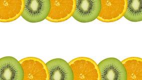 Кусок апельсина и кивиа на белой предпосылке Стоковое Изображение RF