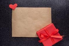 Кусок бумаги Брайна и красный подарок Стоковое фото RF