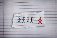 Кусок бумаги с вычерченными людьми и красным одним нечетное одно Стоковое Изображение RF