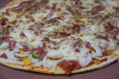 Кусок горячей пиццы на таблице Стоковое Изображение